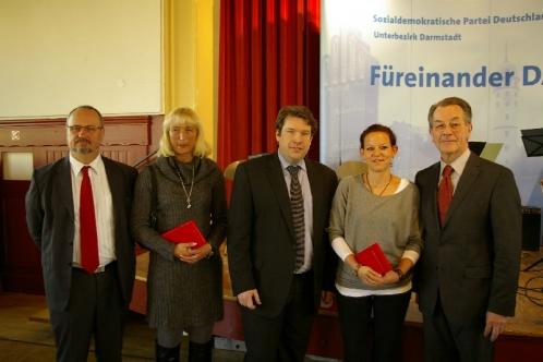 Neue SPD Mitglieder Christine Hausmann von links und Carolin Schmitt von rechts mit Hanno Benz, Walter Hoffmann und Franz Müntefering