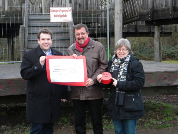 Hanno Benz bei Spendenübergabe vor dem sanierungsbedürftigen Baumhaus mit Michael Siebel und Barbara Lücke, beide AWO Darmstadt