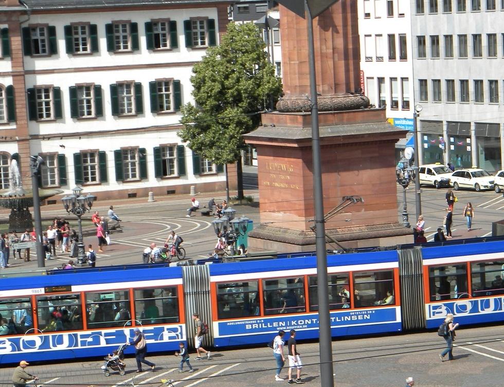Luisenplatz mit Straßenbahn