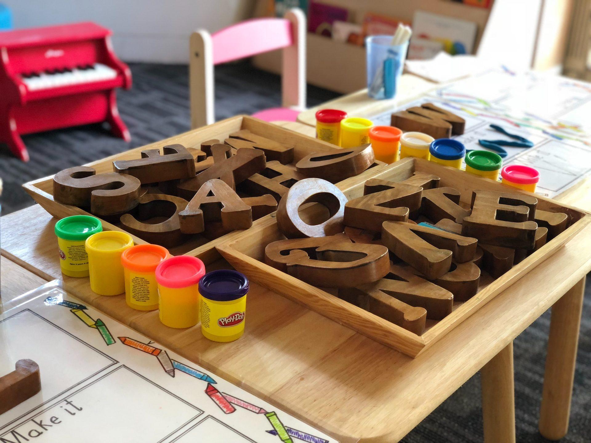 Knete und Holzbuchstaben