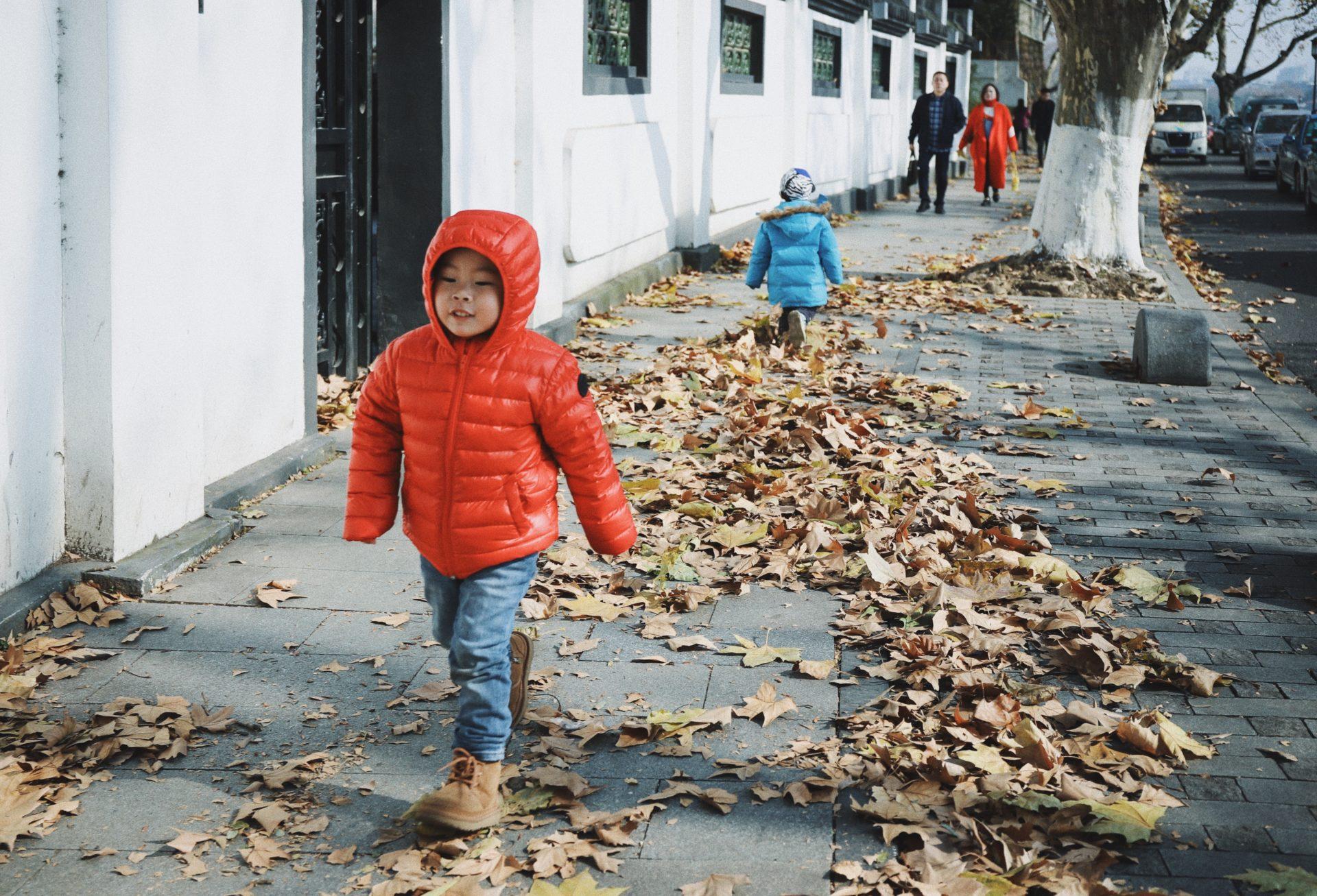 Kinder zu Fuß auf dem Bürgersteig