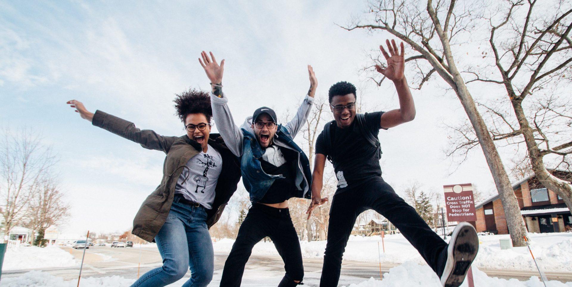 Jugendliche springen im Schnee